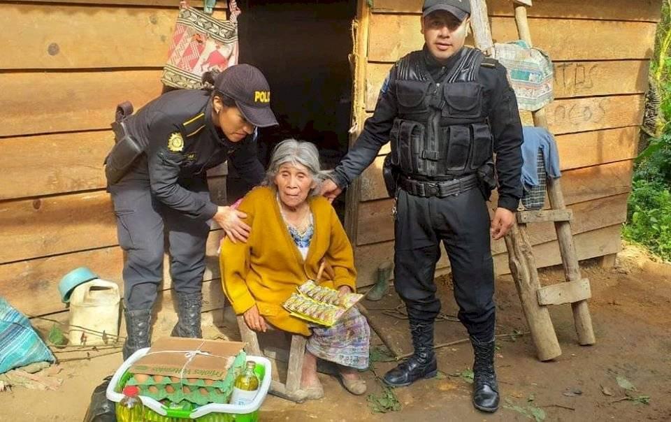 PNC apoya a anciana en Huehuetenango
