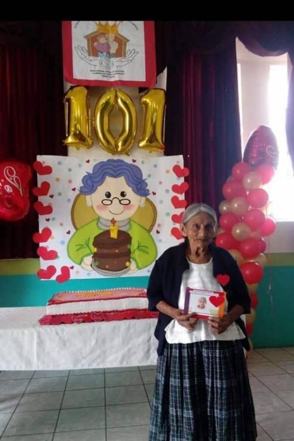PNC apoya a ancianos en Alta Verapaz