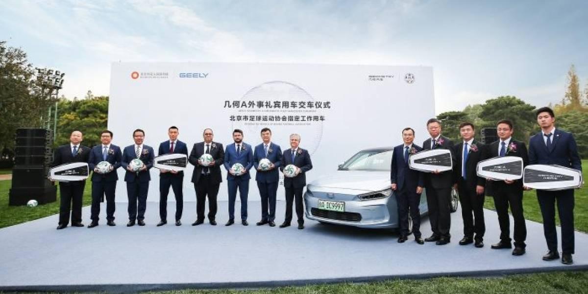 Los diplomáticos en China se mueven en autos eléctricos de Geely