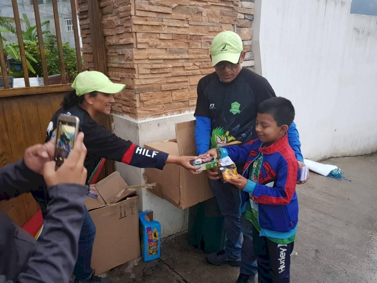 Foto @sanpedrofc2018 | Durante el mes de octubre, algunos niños recibieron regalos por parte de Gustavo Juarez y familia