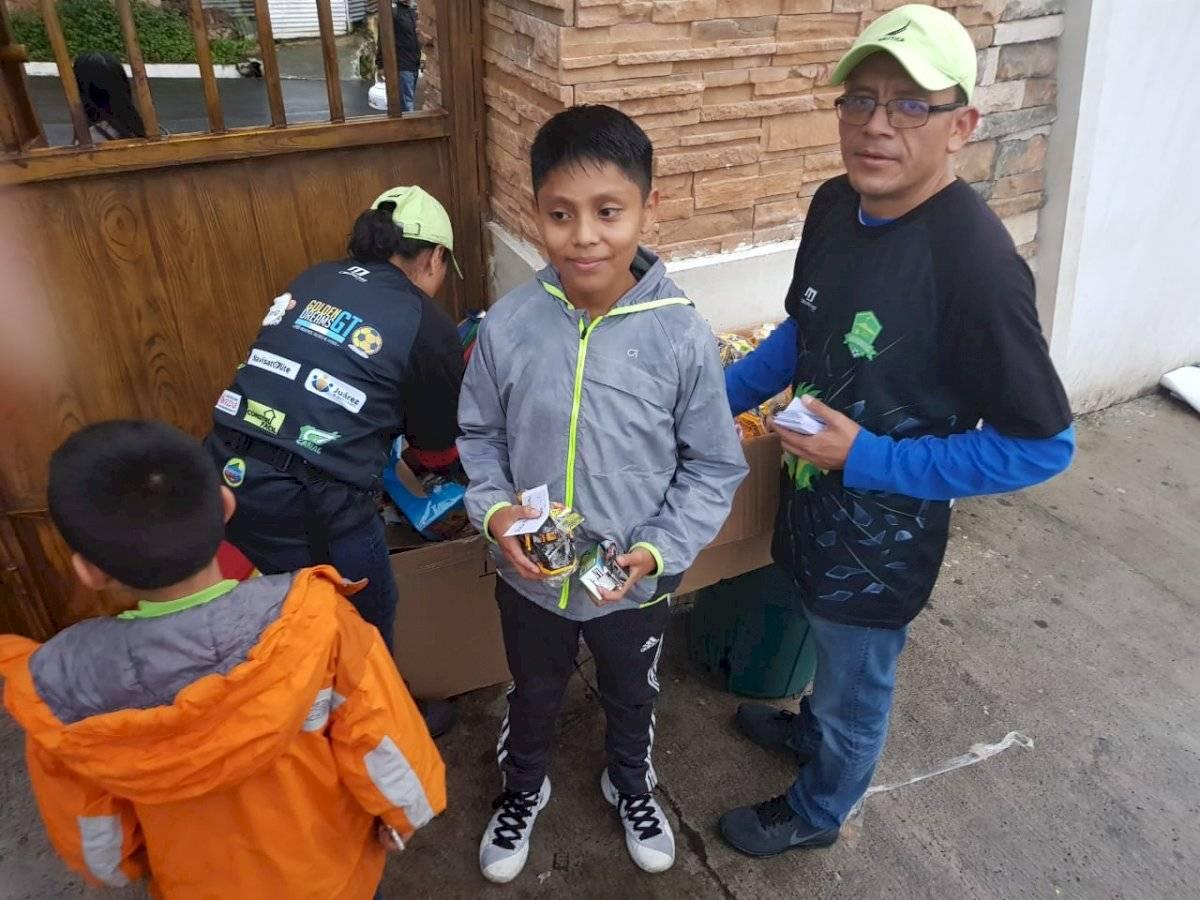 Foto @sanpedrofc2018   Durante el mes de octubre, algunos niños recibieron regalos por parte de Gustavo Juarez y familia