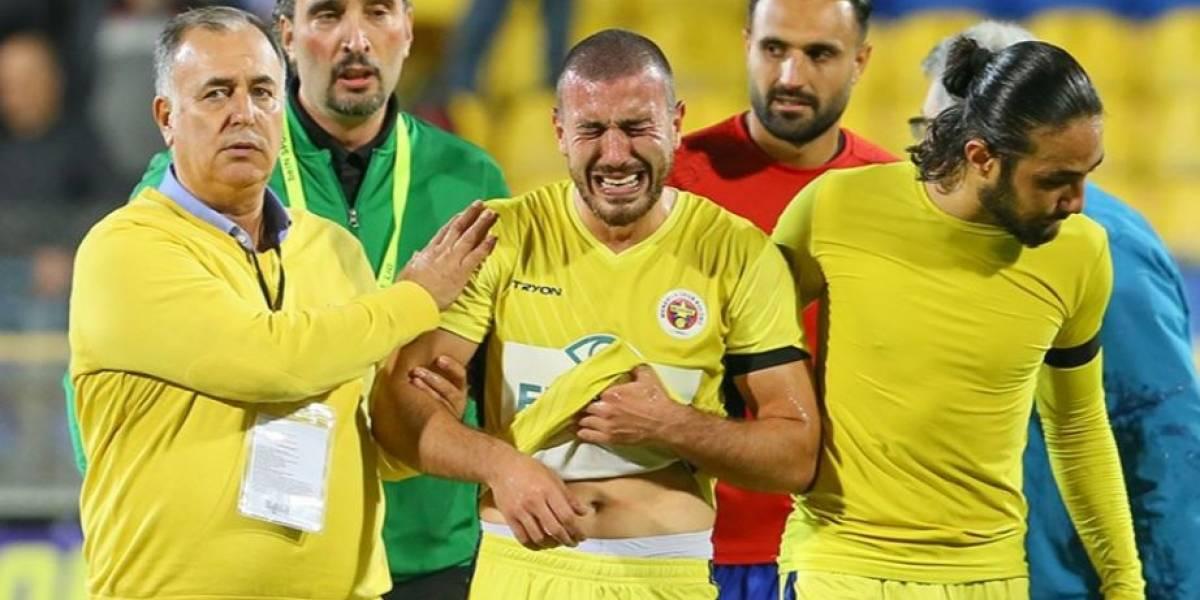Futbolista turco recibe una trágica noticia previo a un juego