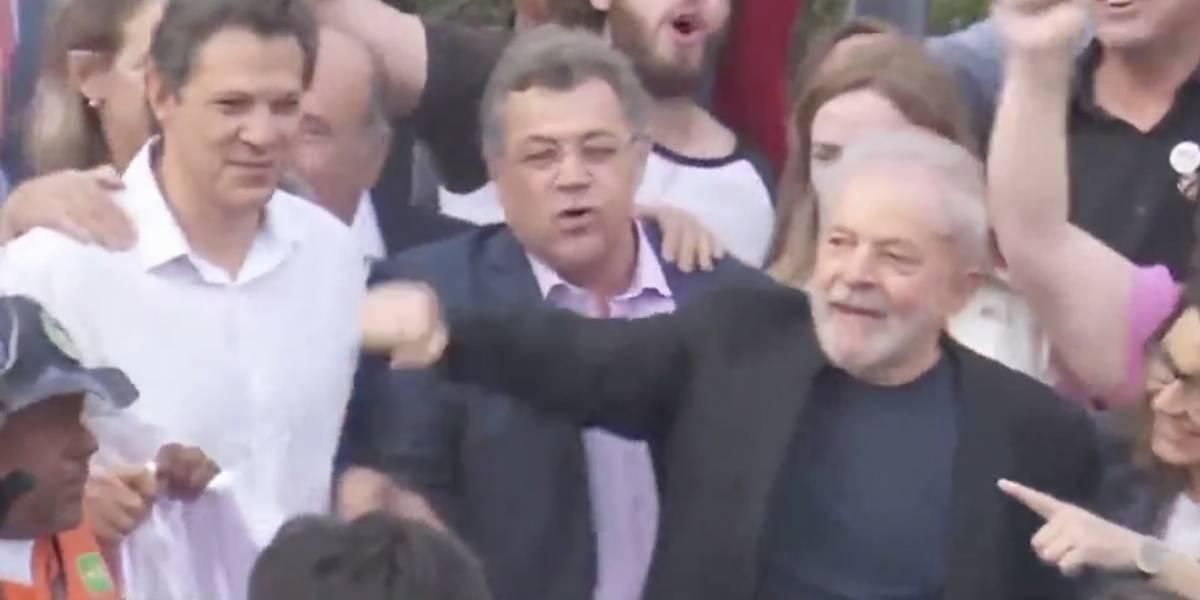 Solto, Lula sai da PF em Curitiba e é recebido por massa de apoiadores