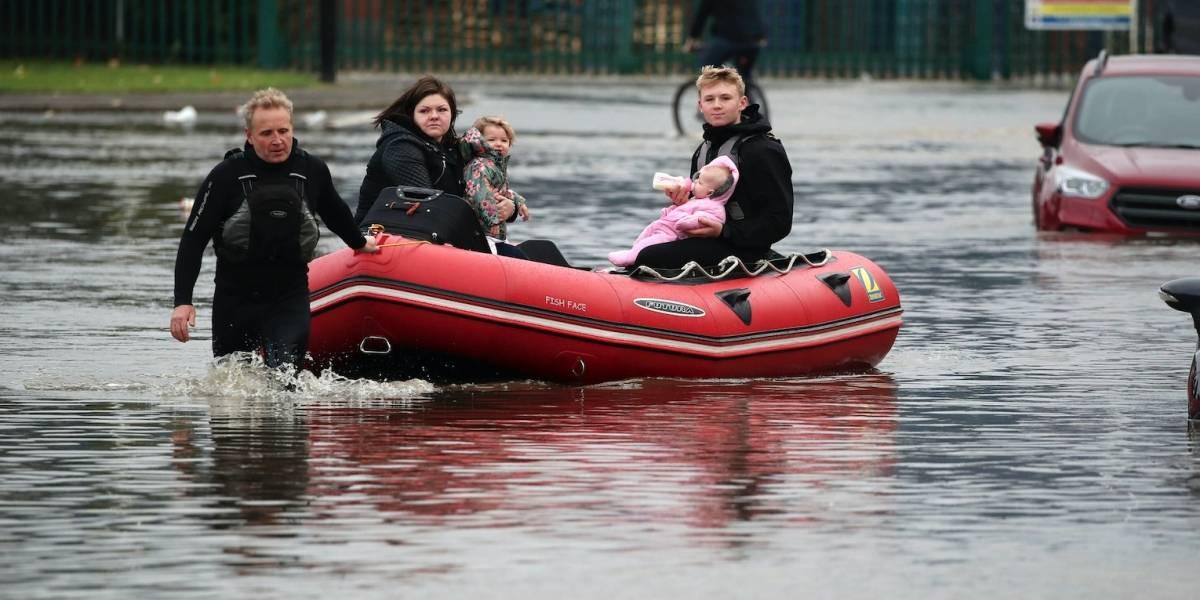 Tormentas en Inglaterra causan una muerte e inundaciones