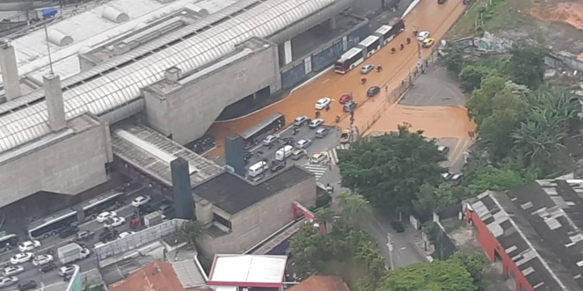 Tubulação se rompe e lama toma conta da avenida João Dias