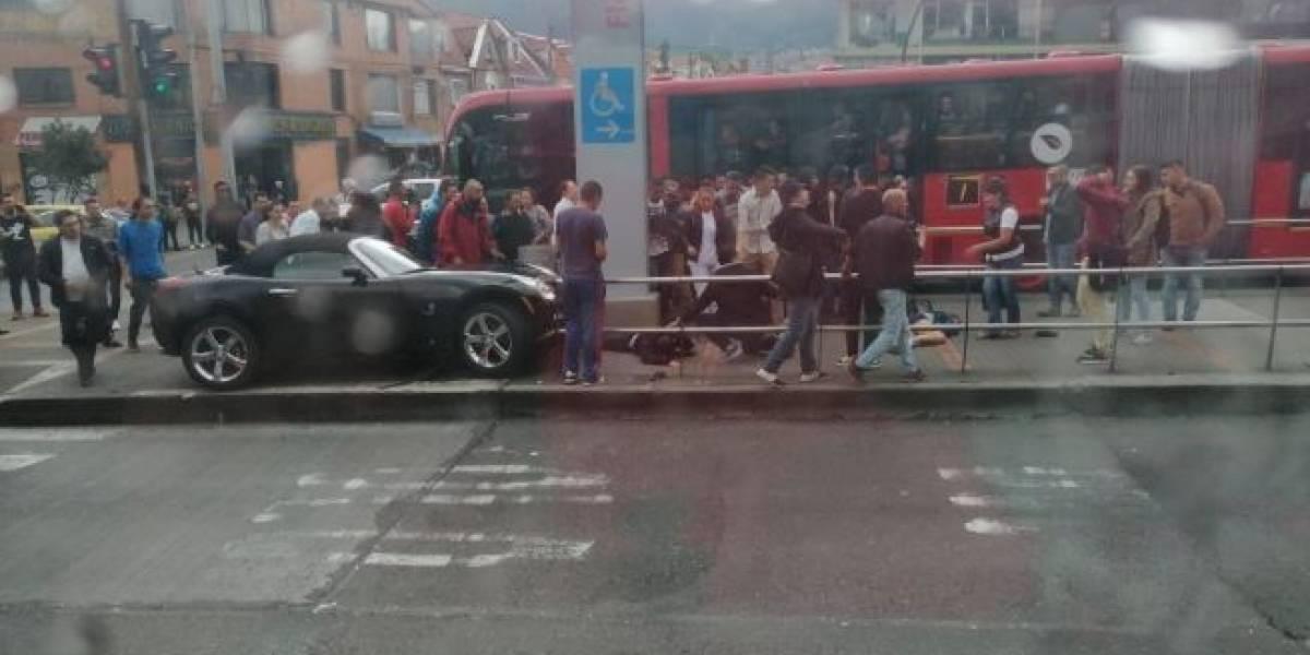 ¡Atención! Un carro se estrella frente a estación de TransMilenio