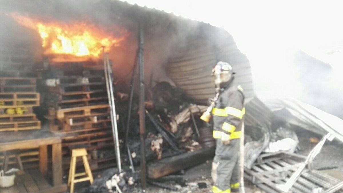 Los Bomberos Voluntarios apagan incendio en Villa Nueva.