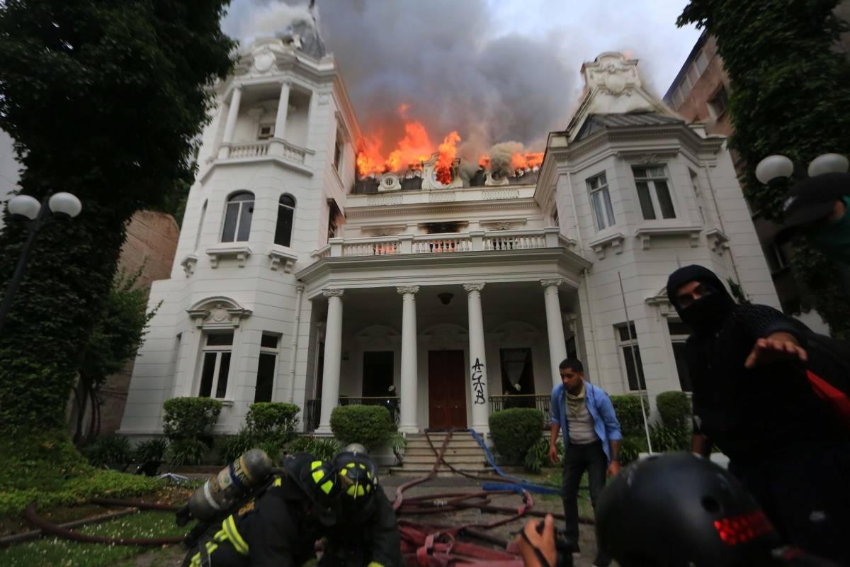 Providencia: Prisión preventiva para imputado por incendio a sede universitaria - Publimetro Chile