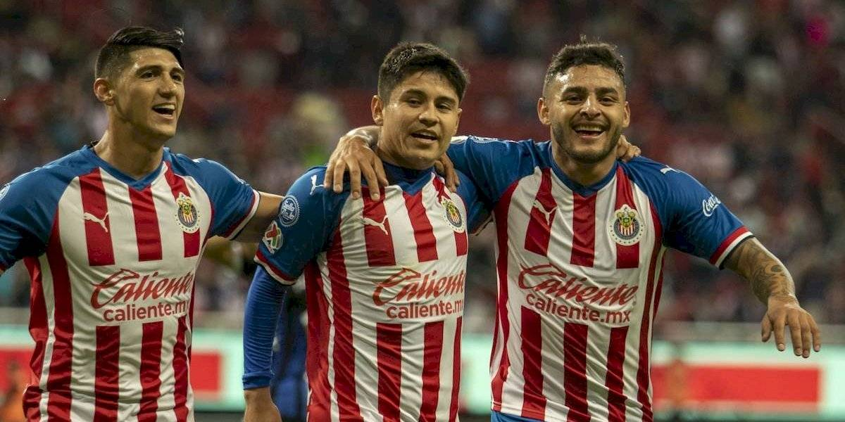 Chivas renace y derrota a un Querétaro en caída libre