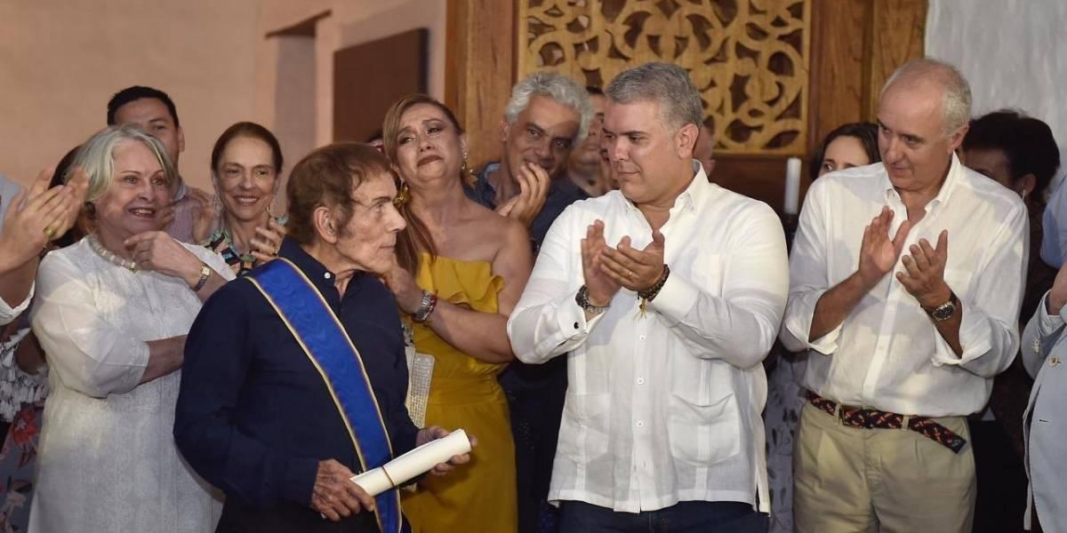 Duque condecora al pintor David Manzur con la Orden de Boyacá