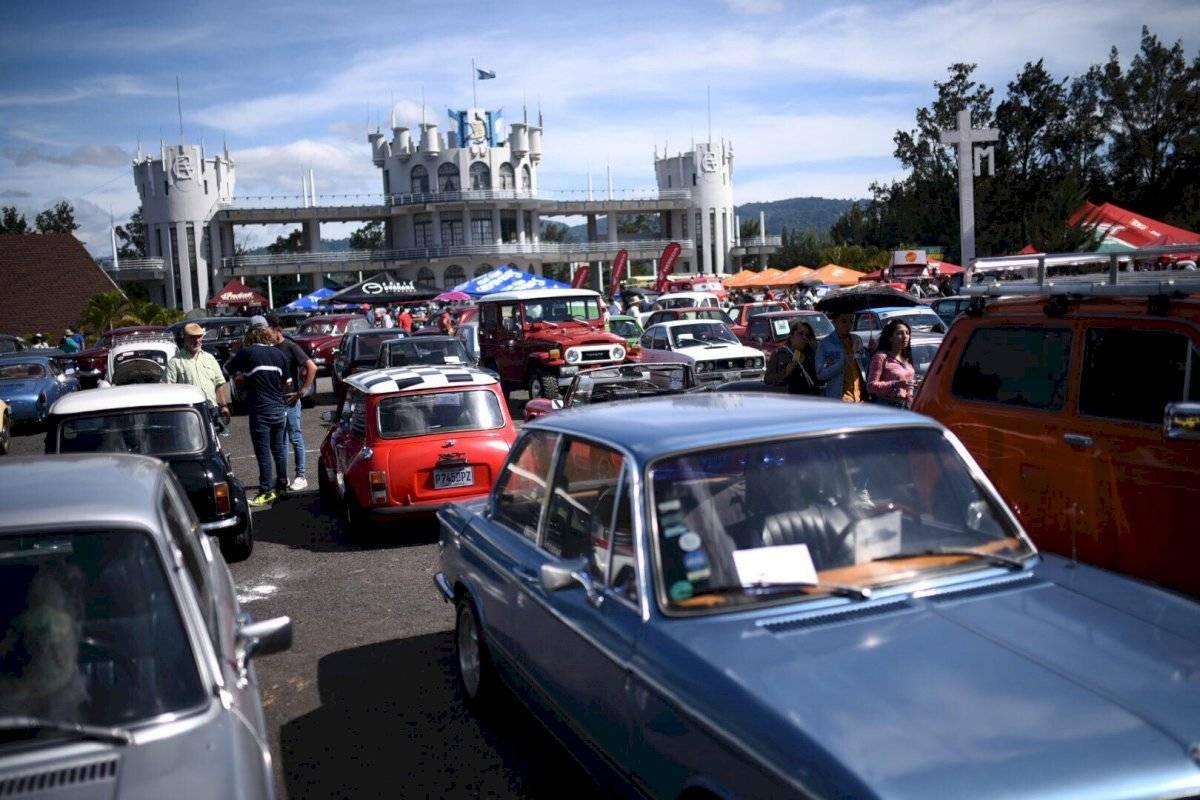 Decenas de familias se han presentado al Campo de Marte, en la zona 5 para observar los vehículos y motocicletas clásicos en el festival Rock de los carros. Edwin Bercián