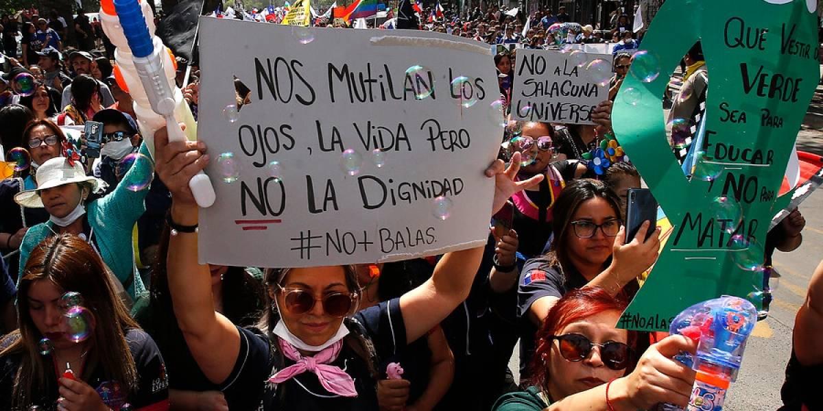 """""""Nos mutilan los ojos, la vida, pero no la dignidad"""": Profesores se toman la Alameda"""