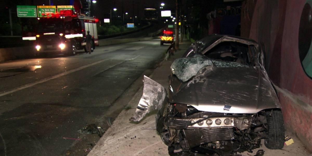Veículo capota e deixa duas pessoas feridas na marginal Pinheiros