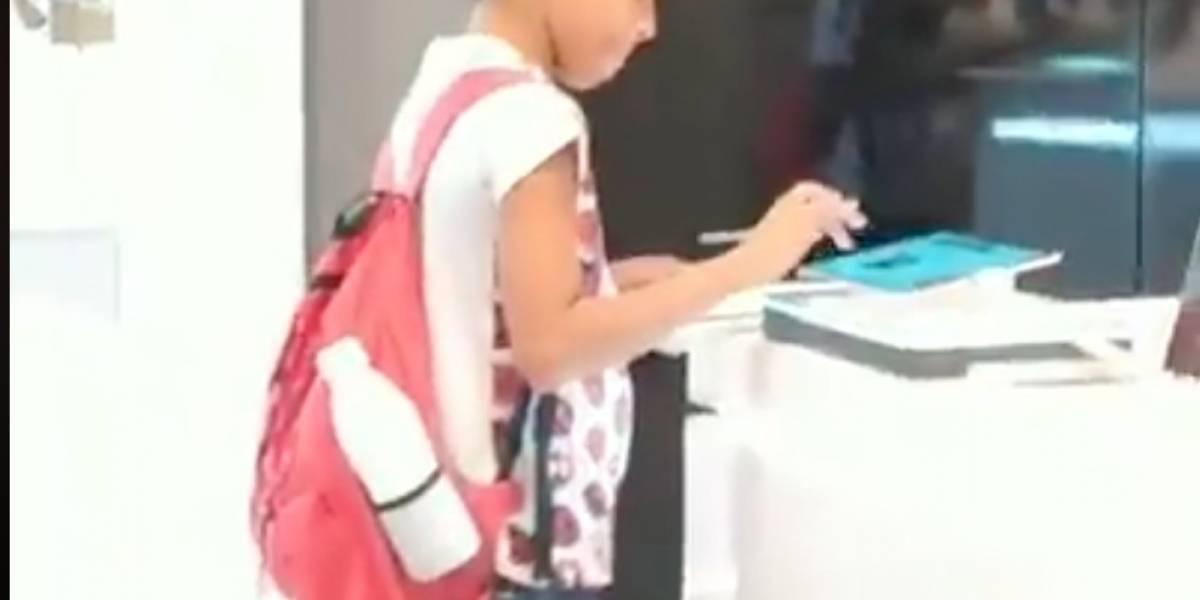 Tuvo que usar la tablet de una tienda para hacer sus deberes y se llevó una gran sorpresa