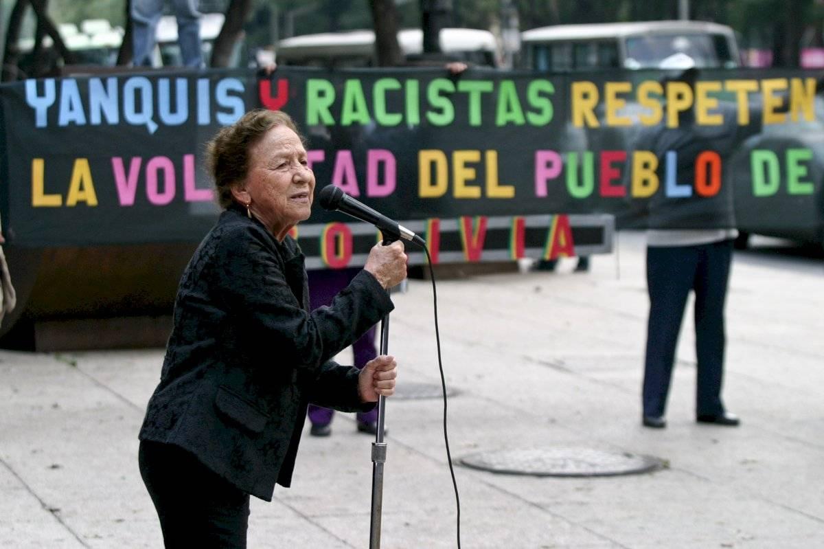 La entonces senadora Rosario Ibarra, también estuvo presente durante una protesta en frente de la embajada de Estados Unidos