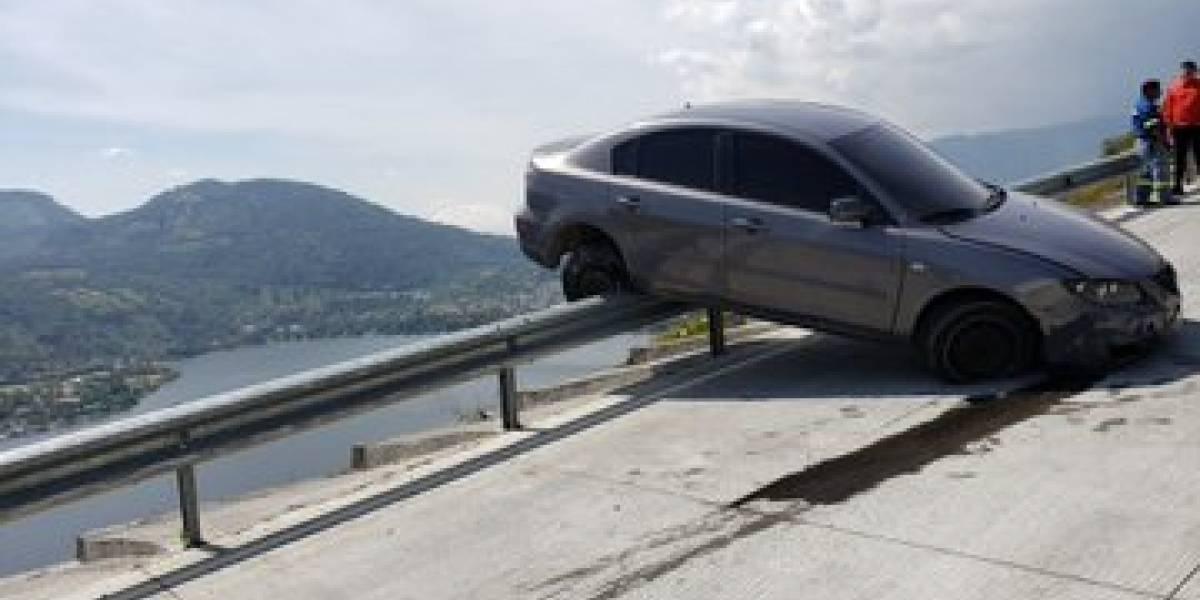 FOTOS. Vehículo casi cae a barranco tras accidentarse en autopista VAS