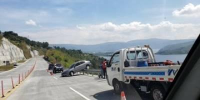 Vehículo casi cae a barranco tras accidentarse en autopista VAS