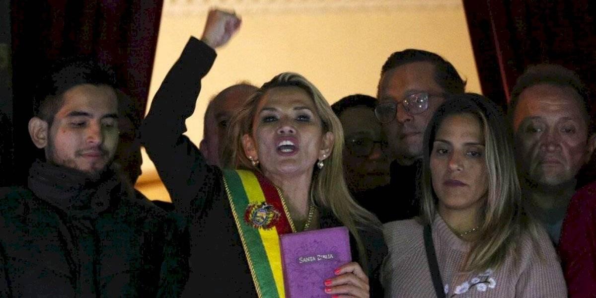 La cuestionada presidenta interina de Bolivia enfrenta el ultimátum de los adherentes de Evo Morales y acusaciones por atropellos a los DDHH