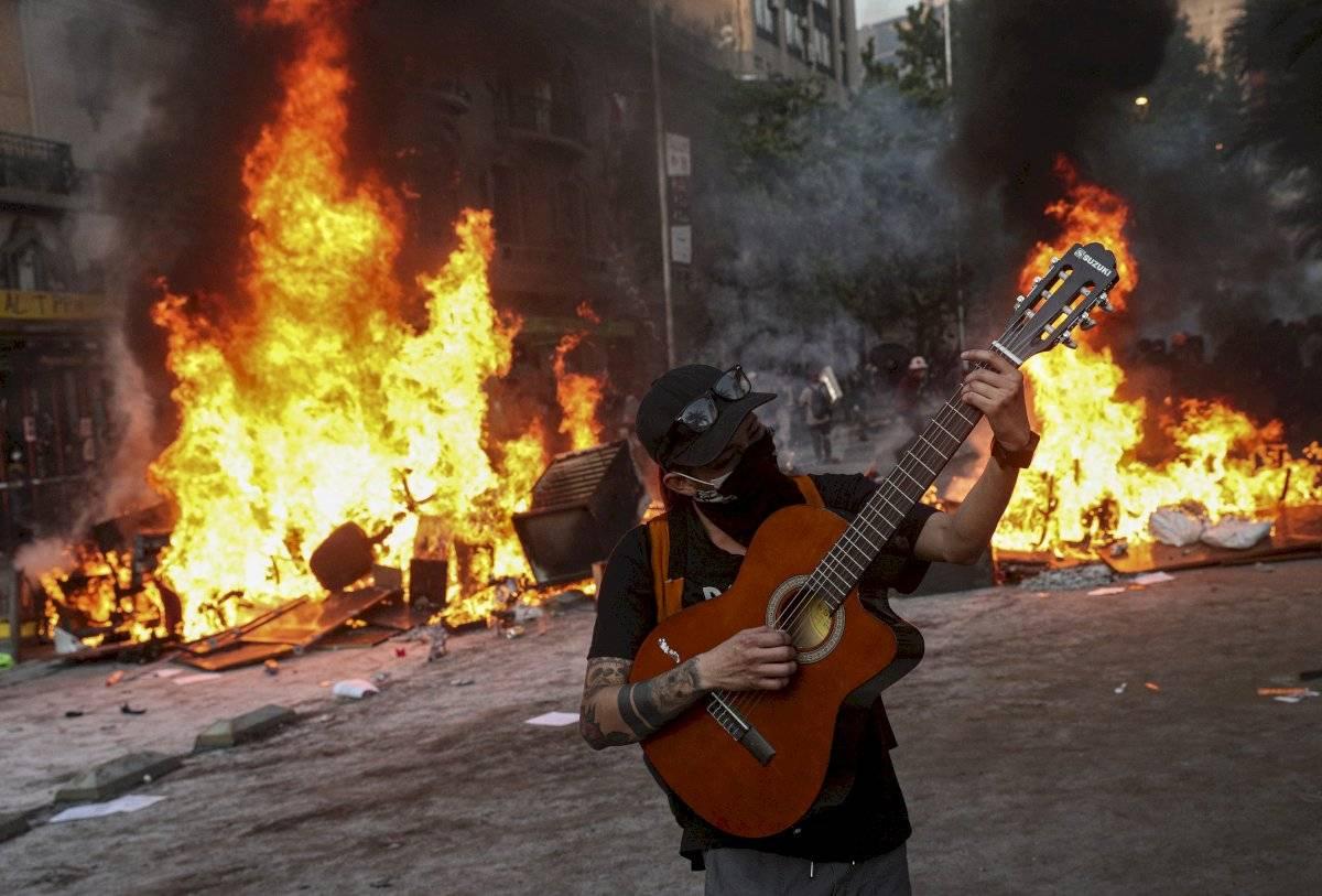 En cuanto a los detenidos, 209 personas fueron arrestadas en Santiago y 640 en otras regiones del país.