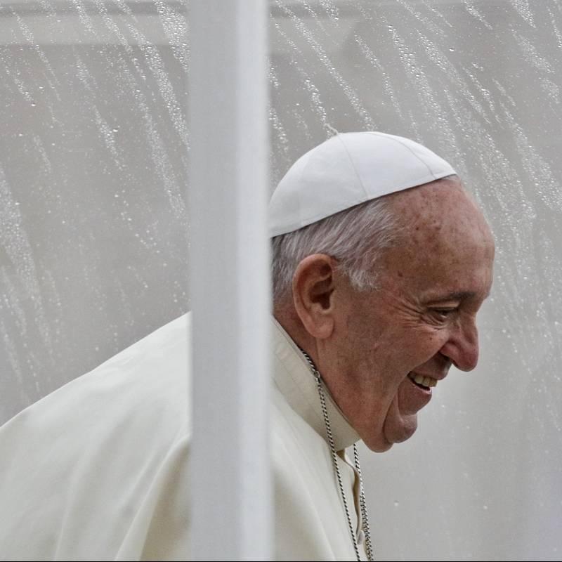 Papa Francisco pide disculpas públicas tras forcejear con mujer