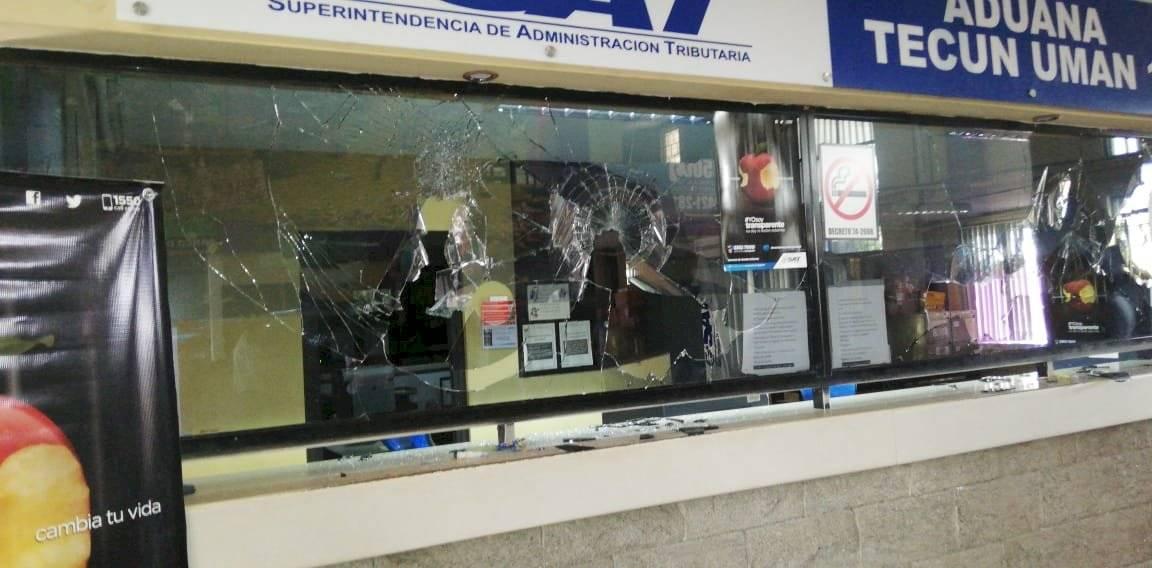 Los inconformes reclaman en la aduana la devolución de productos que ingresaron de contrabando al país por Tecún Umán, en San Marcos. Foto: Stereo 100 Noticias