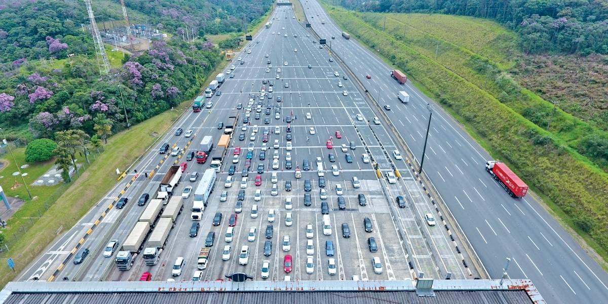 Rodovia dos Imigrantes tem congestionamento na volta do litoral para SP