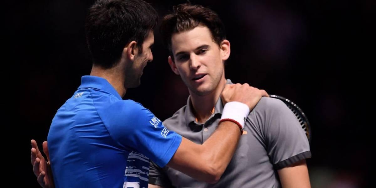 Thiem golpea todo al vencer a Djokovic y clasifica a semis de las Finales de la ATP