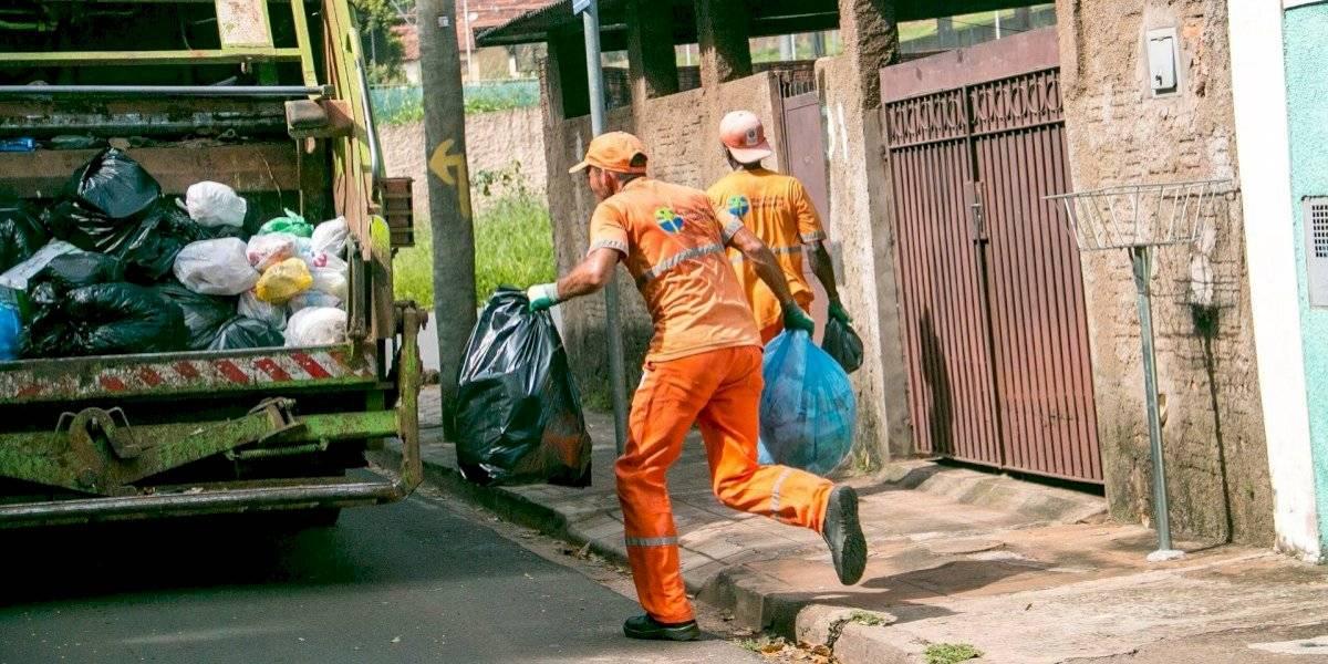 Prefeitura de SP recomenda ensacar lixo com dois sacos para proteger coletores