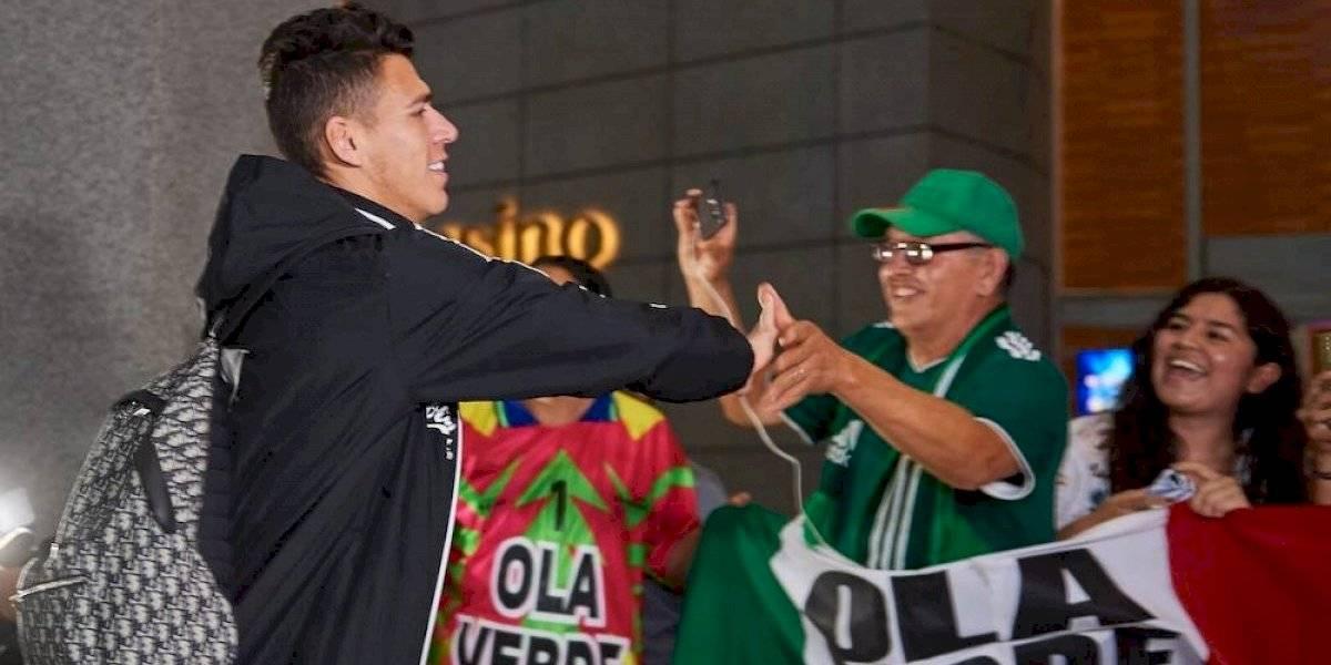 Seleccionados tricolor ahora sí saludan a aficionados aztecas