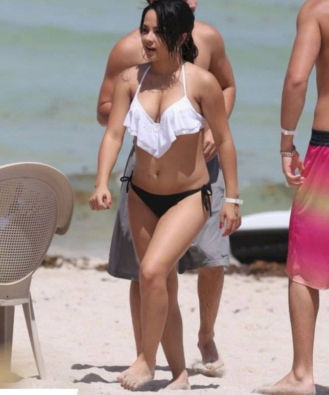 Captan a Becky G con bikini y así luce sin retoques ¿gorditos?
