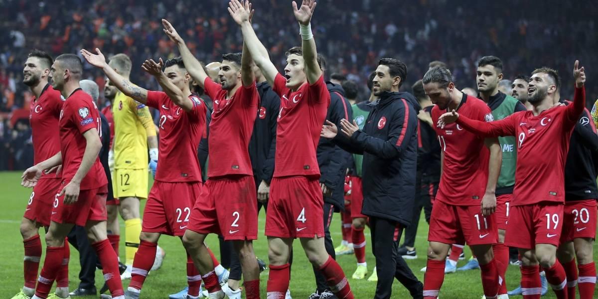 Franceses, ingleses, checos y turcos celebran su boleto a la Eurocopa