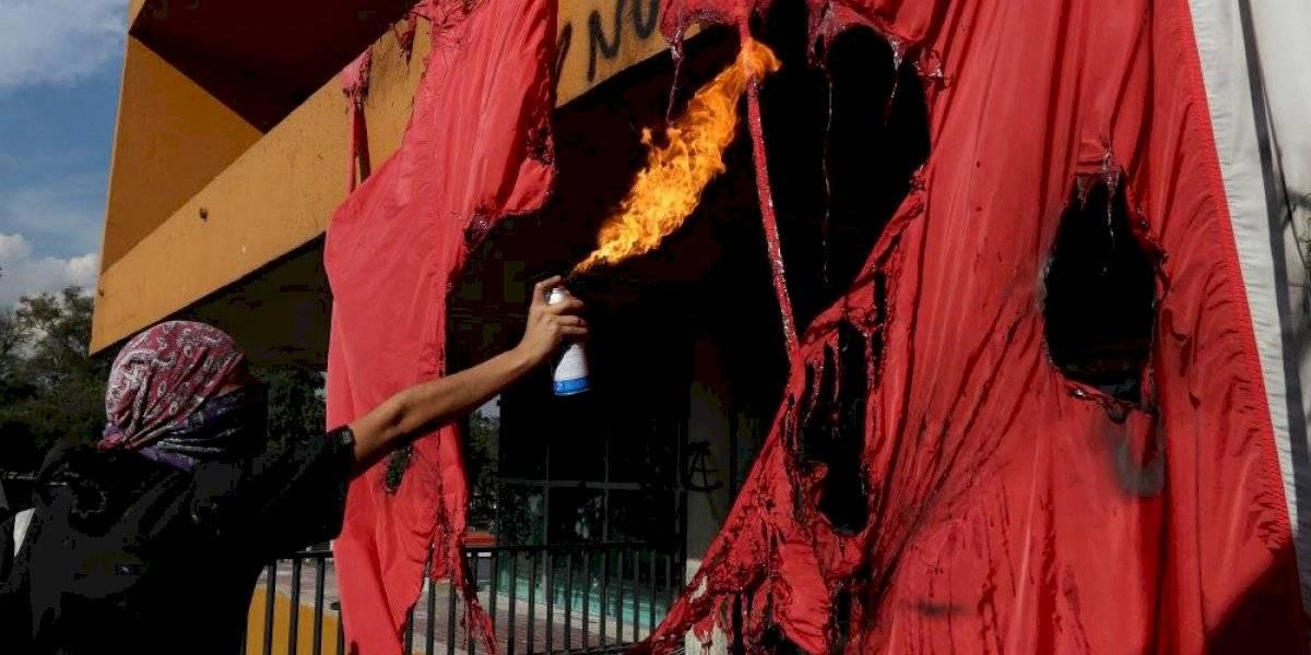 Encapuchados queman bandera nacional y saquean librería de la UNAM