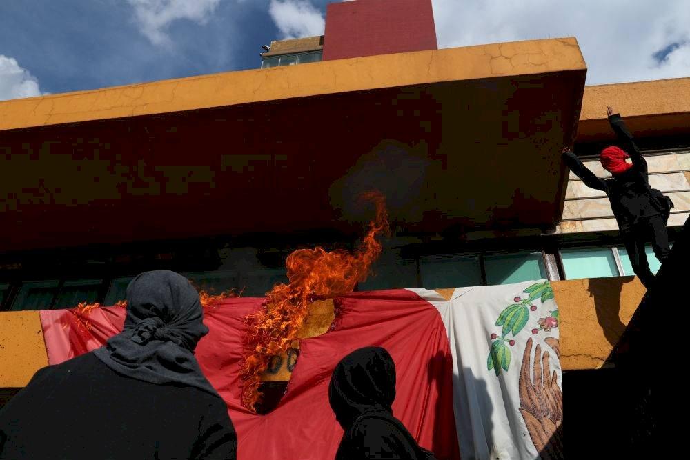 quema de bandera en CU