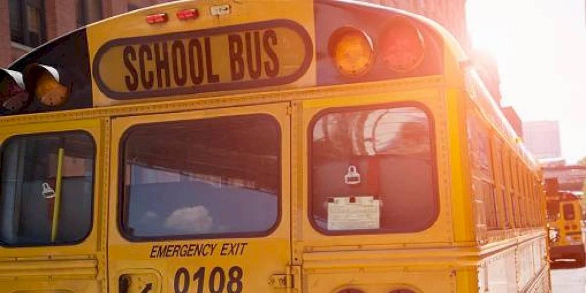 Choque de un bus del corredor Occidental con una buseta escolar, en Quito