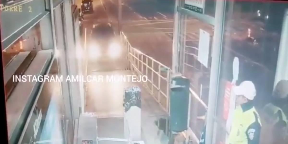 VIDEO. Conductor posiblemente ebrio se mete en parada de Transmetro