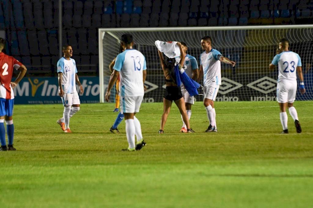 Aficionada guatemalteca se quita ropa selección nacional vs Puerto Rico