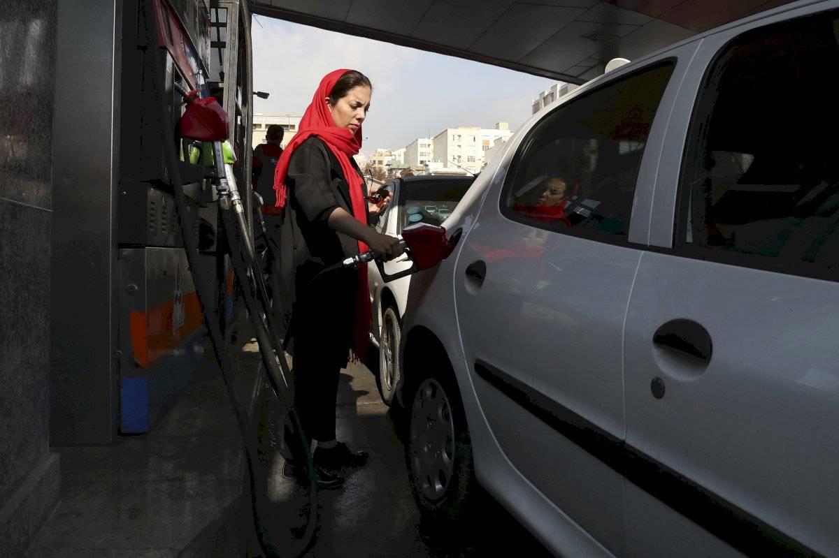 Las autoridades han fijado un límite de 60 litros al mes para cada auto privado a un precio de 13 centavos el litro.