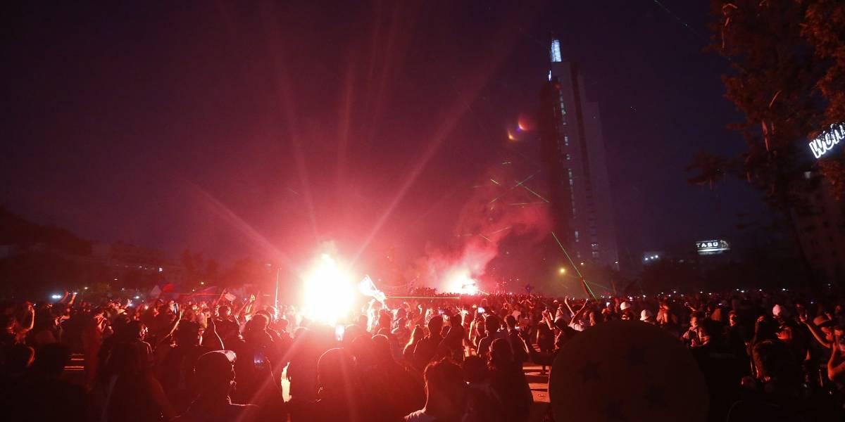 """La muerte que enluta a la Plaza Italia: denuncian que Carabineros lanzó lacrimógenas y agua con el """"guanaco"""" mientras joven era atendido"""