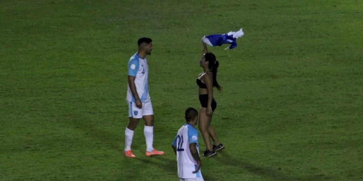 VIDEO. ¿Quién es la youtuber guatemalteca que se quitó la ropa en el estadio?