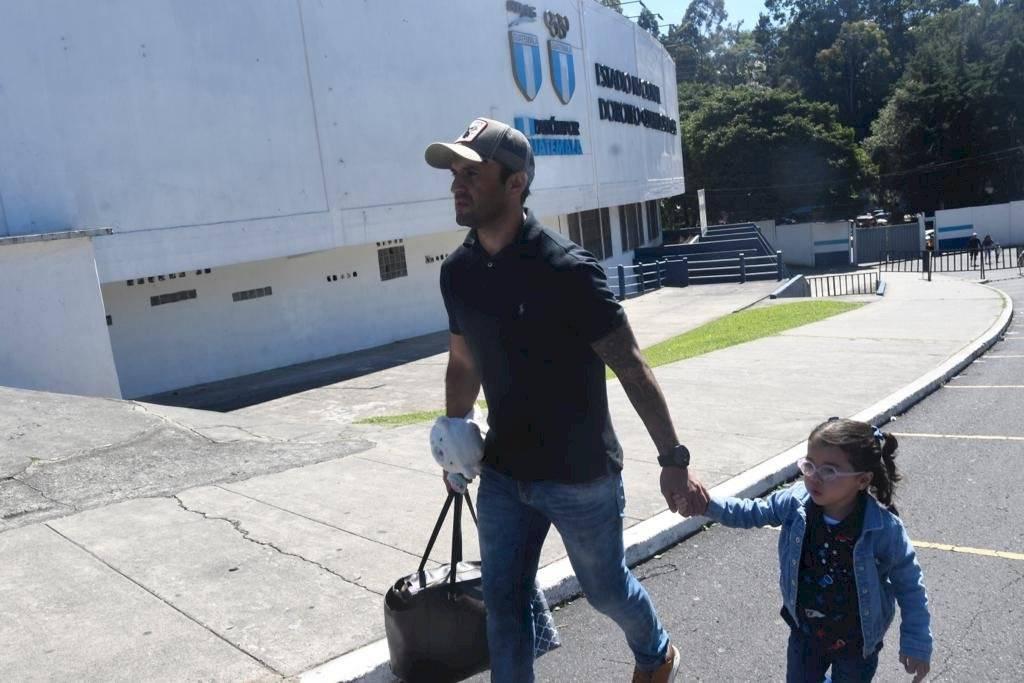 Foto Omar Solís | Jugadores d e Comunicaciones llegan con sus familias al estadio Doroteo Guamuch Flores