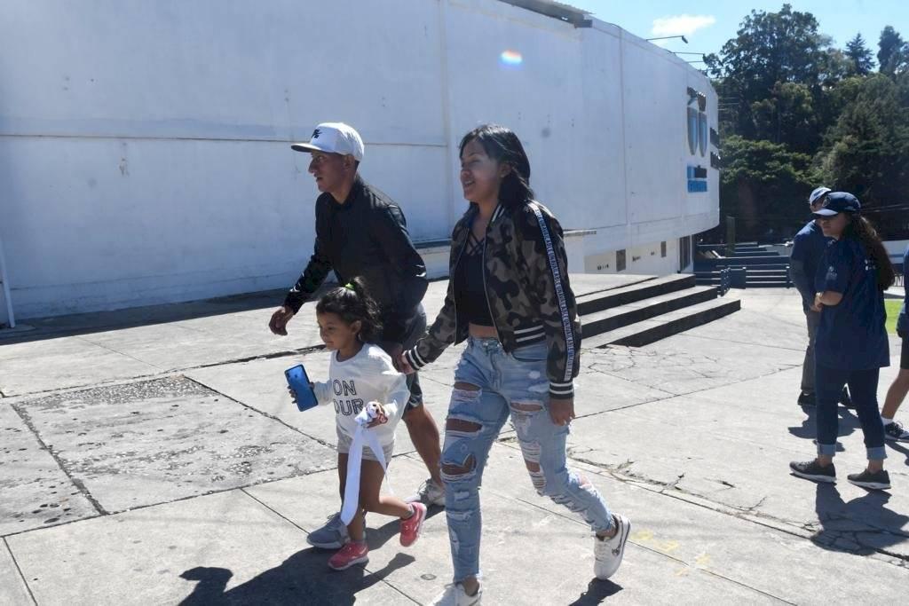 Foto Omar Solís | Jugadores de Comunicaciones llegan con sus familias al estadio Doroteo Guamuch Flores
