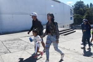 Stheven Robles junto a su familia en el estadio