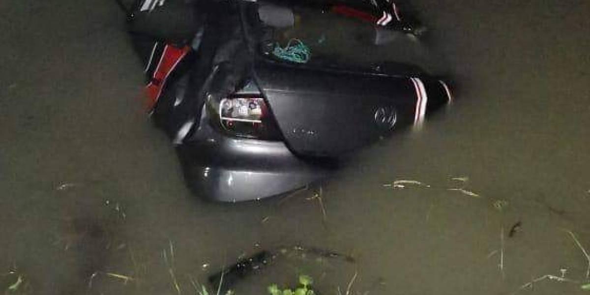 Dos personas fallecieron ahogadas tras accidente en un canal de Samborondón