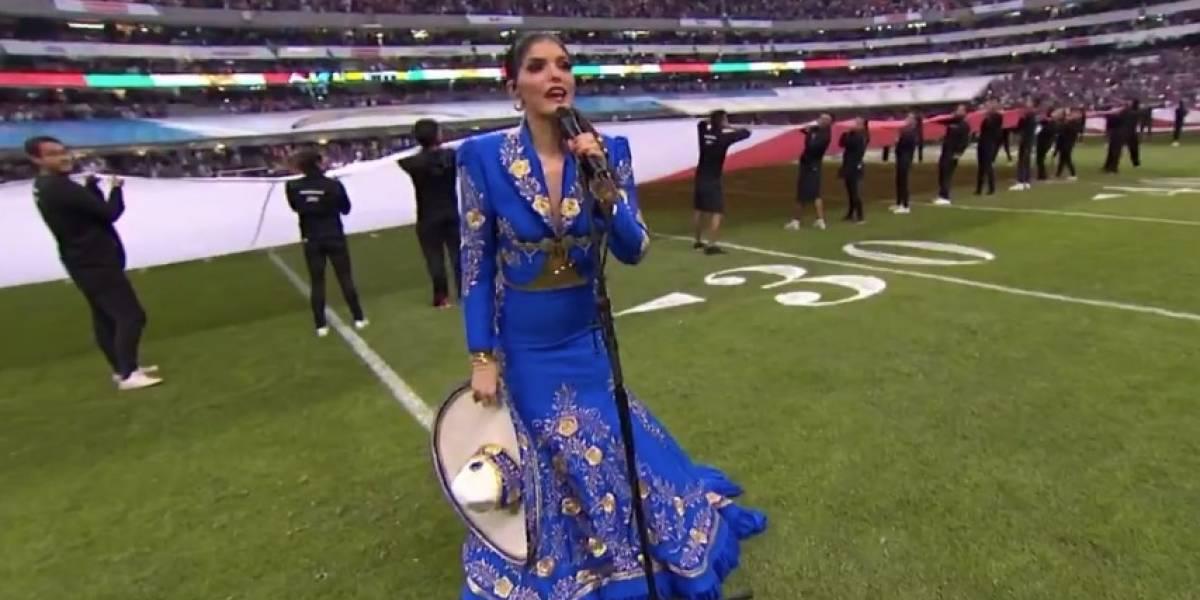 VIDEO: Ana Bárbara 'cambia' letra de Himno Nacional Mexicano en la NFL