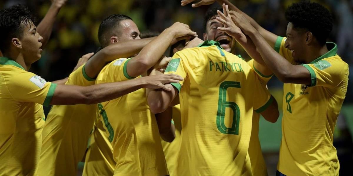Bolsonaro almoça com Seleção sub-17 após o tetra