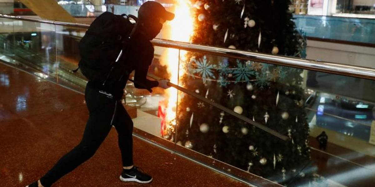 ¿Las imágenes viralizadas de un árbol de Navidad vandalizado en Hong Kong habrán influido en el Costanera Center?