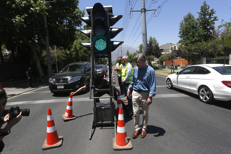 Alcalde de las Condes Joaquín Lavín presentó nuevos semáforos portátiles