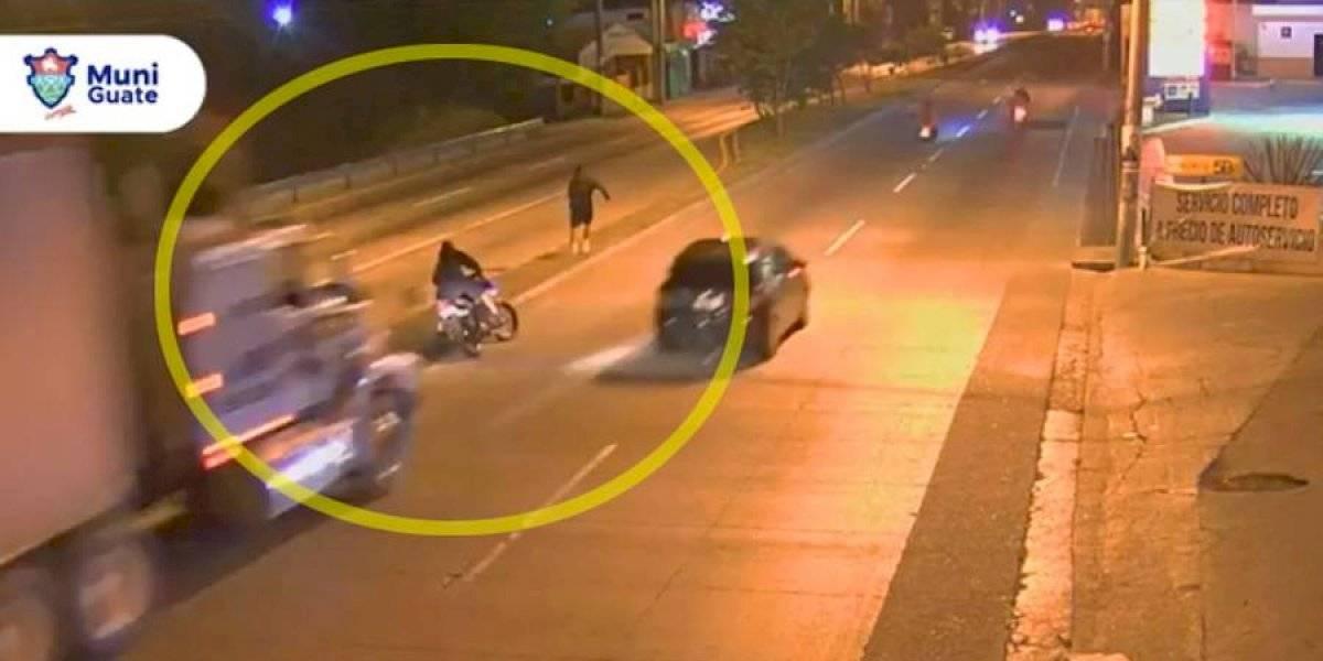 VIDEO. Motorista y acompañante se salvan de ser arrollados por tráiler a excesiva velocidad