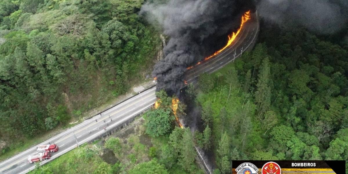 Tamoios é liberada mais de 17h após acidente com caminhão-tanque que causou incêndio e morte