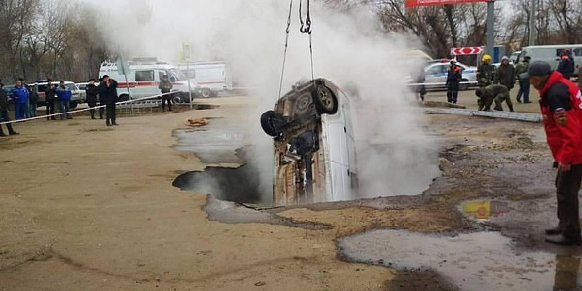 Eles foram estacionar o carro, mas o chão se abriu e acabaram morrendo cozidos por água fervente